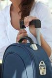 Frau saß mit Gepäck Lizenzfreie Stockfotos