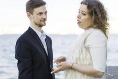 Frau sagt einem Mann etwas Stockfoto