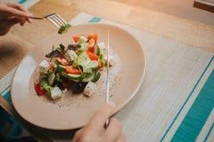 Frau, Salat essend Schließen Sie oben, Draufsicht stockbilder