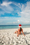 Frau in Sankt-Hut auf dem Strand Lizenzfreie Stockfotos