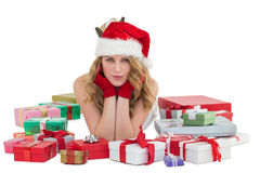 Frau in Sankt-Hut, der auf den Boden mit Geschenken um sie legt Stockbild