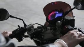 Frau schaltet die Zündung in einem Motorrad ein stock video