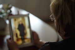 Frau schaut Fotos unter Verwendung der digitalen Tablette Nahaufnahme Stockfotografie