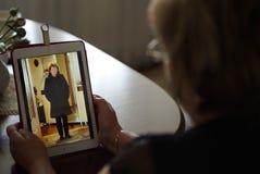 Frau schaut Fotos unter Verwendung der digitalen Tablette Nahaufnahme Lizenzfreies Stockbild
