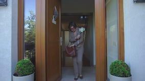 Frau schaut ihre Handtasche, sich entfernt am Telefon stock video