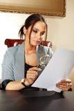 Frau schaut an, um zu dokumentieren Lizenzfreie Stockbilder