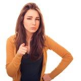 Frau schaut zur Kamera und zeigt Finger auf Ihnen Lizenzfreie Stockfotos