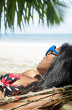 Frau schläft in der Hängematte Lizenzfreies Stockfoto
