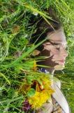 Frau schläft in einem Gras Lizenzfreies Stockbild