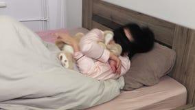 Frau schläft mit Spielzeughäschen stock footage