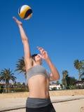 Frau schlägt den Volleyball Lizenzfreie Stockbilder