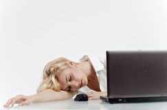Frau schlafend bei der Arbeit Lizenzfreie Stockfotos