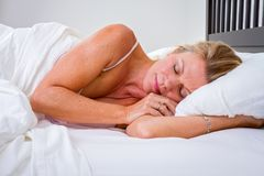 Frau schlafend im Bett stockfotografie