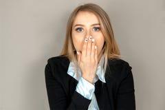Frau schließt den Mund mit der Hand Lizenzfreie Stockfotografie