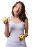 Frau schmeckt Äpfel stockbild