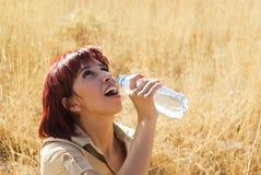 Frau schmeckt Wasser Lizenzfreie Stockfotos