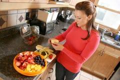Frau schneidet einen Apple stockfotos