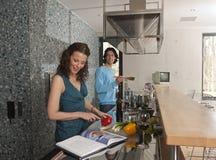 Frau schneidet Pepperoni Lizenzfreie Stockfotografie