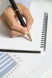 Frau schreiben auf Tagesordnung lizenzfreie stockbilder