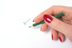 Frau schreiben grüne Checkmarkierung Stockbilder