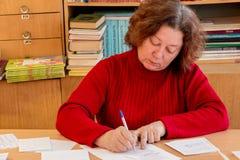 Frau schreibt auf die Form stockbild