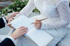 Frau schreibt auf ein Papier Stockfotografie