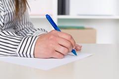 Frau schreibt mit einem Stift Stockbilder