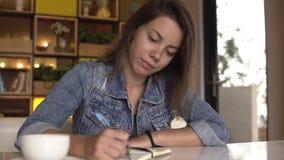 Frau schreibt in Tagebuch stock video