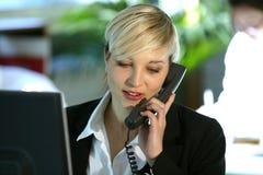 Frau am Schreibtisch mit Telefon Stockfoto