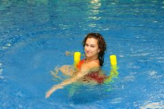 Frau schwimmt auf Aquanudeln Lizenzfreies Stockbild