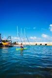 Frau schwimmt in ein Kanu Lizenzfreie Stockfotos