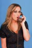 Frau sehr, die recht im Telefon spricht Stockfotos