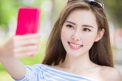 Frau selfie glücklich Lizenzfreie Stockbilder