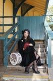 Frau am Serien-Depot Serien-Ankunft überprüfend Lizenzfreie Stockfotografie