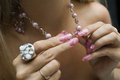 Frau setzt ein eine Halskette stockfoto