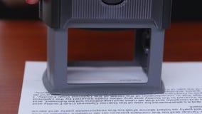 Frau setzt einen Stempel auf das Dokument und verweigert in der Zusammenarbeit Abschluss oben stock video footage