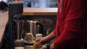 Frau setzt Glas in Schüttel-Apparat ein, um Cocktail im Eignungsstudio zu machen stock video
