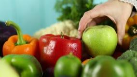 Frau setzt Pfeffer und Apfel auf dem Tisch stock video footage