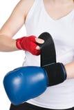 Frau setzt sich auf Boxhandschuh Stockfotografie