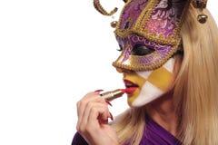 Frau setzte ein Lippenstift Lizenzfreie Stockfotografie