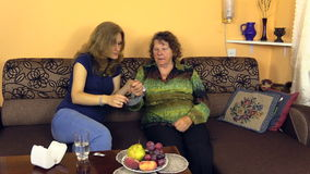 Frau setzte an Großmutterhandgelenkblutmeasurer und -aufwartung stock footage