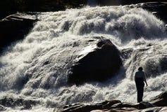 Frau sieht Wasserfall an Lizenzfreie Stockfotografie