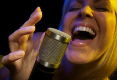 Frau singt mit Neigung lizenzfreie stockfotografie