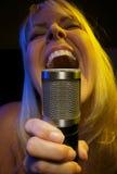 Frau singt mit Neigung Stockbilder