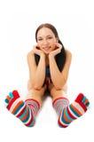 Frau sitzen in der Streifensocke Stockfoto