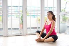 Frau in sitzender Yogastellung Lizenzfreies Stockbild