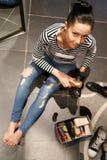Frau sitzt auf Boden Stockfoto