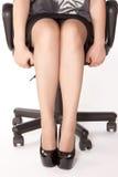 Frau sitzt auf dem Stuhl Stockfotos