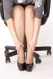 Frau sitzt auf dem Stuhl Lizenzfreie Stockfotografie