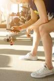 Frau sitzt die Entspannung und steht zwischen Trainings durch playin still Lizenzfreie Stockfotos